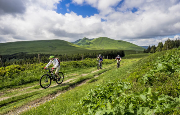 Mountain bike on the plateau of Pessade (63) - ©-P.-Kunkel Auvergne-Rhône-Alpes-Tourisme