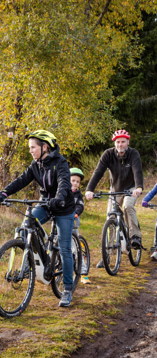 Family ride with mountain bike in the woods of Pessade - Visual Bird©
