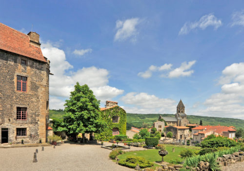 The courtyard of the castle of Saint-Saturnin ©-J.-Damase-Auvergne-Rhône-Alpes-Tourisme